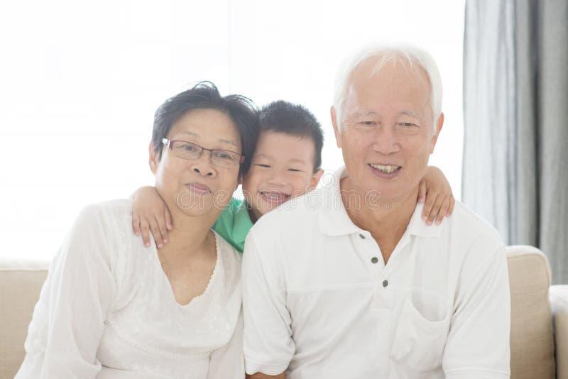 Asiatiska morföräldrar och barnbarn royaltyfri foto