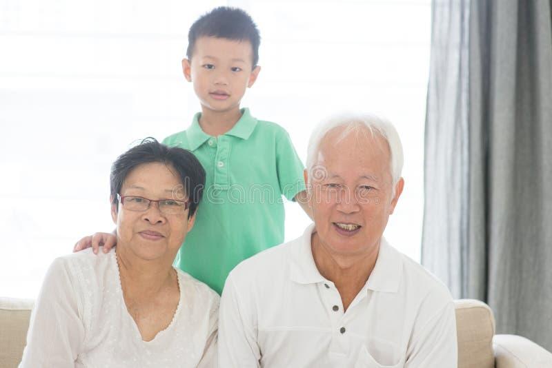 Asiatiska morföräldrar och sonson arkivfoton