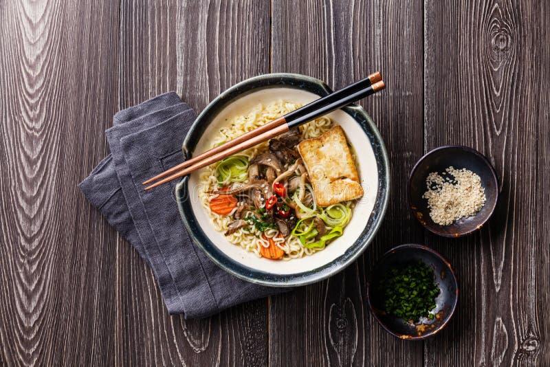 Asiatiska nudlar med tofuen, ostronchampinjoner och grönsaker arkivfoto
