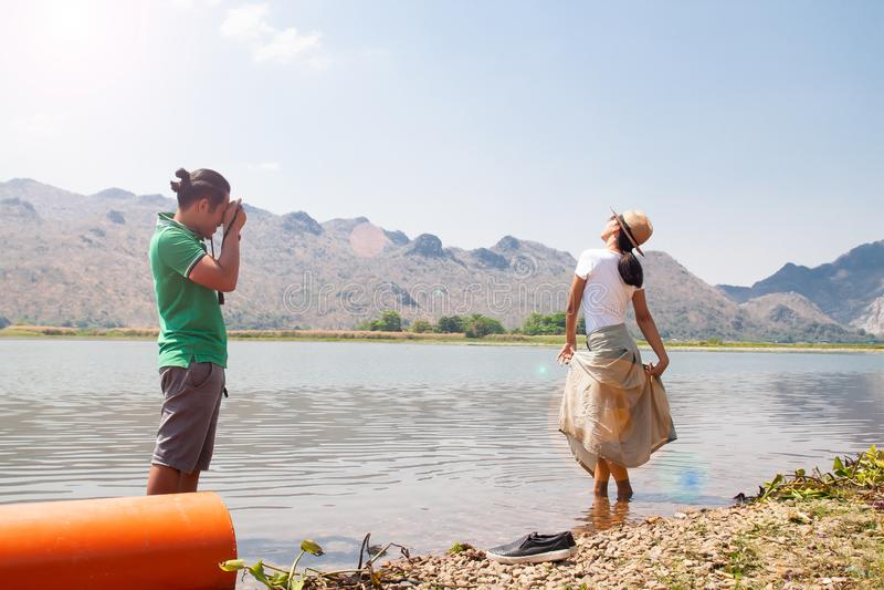 Asiatiska par är lycka med naturen och tycker om att skjuta fotoet, lyckligt folk royaltyfria bilder