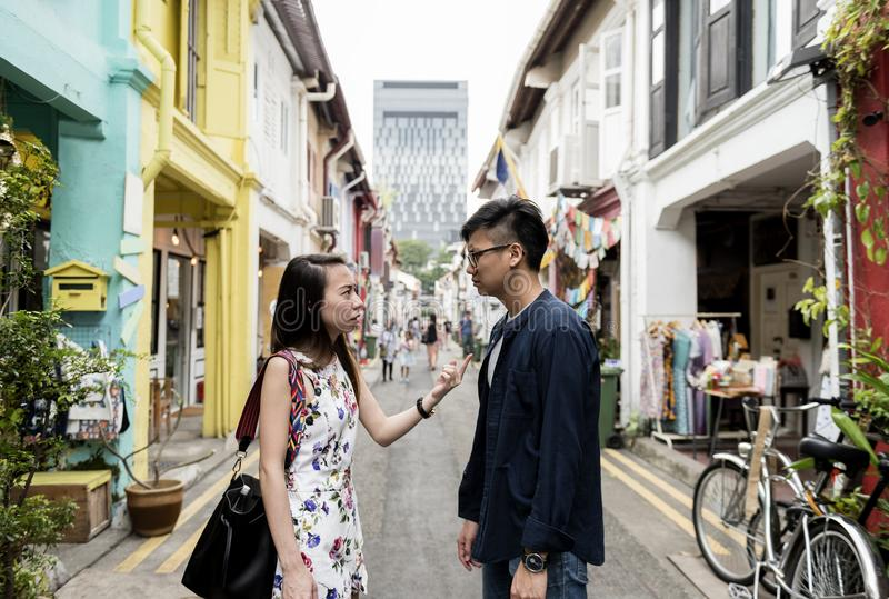 Asiatiska par i mitt av gatan royaltyfri foto