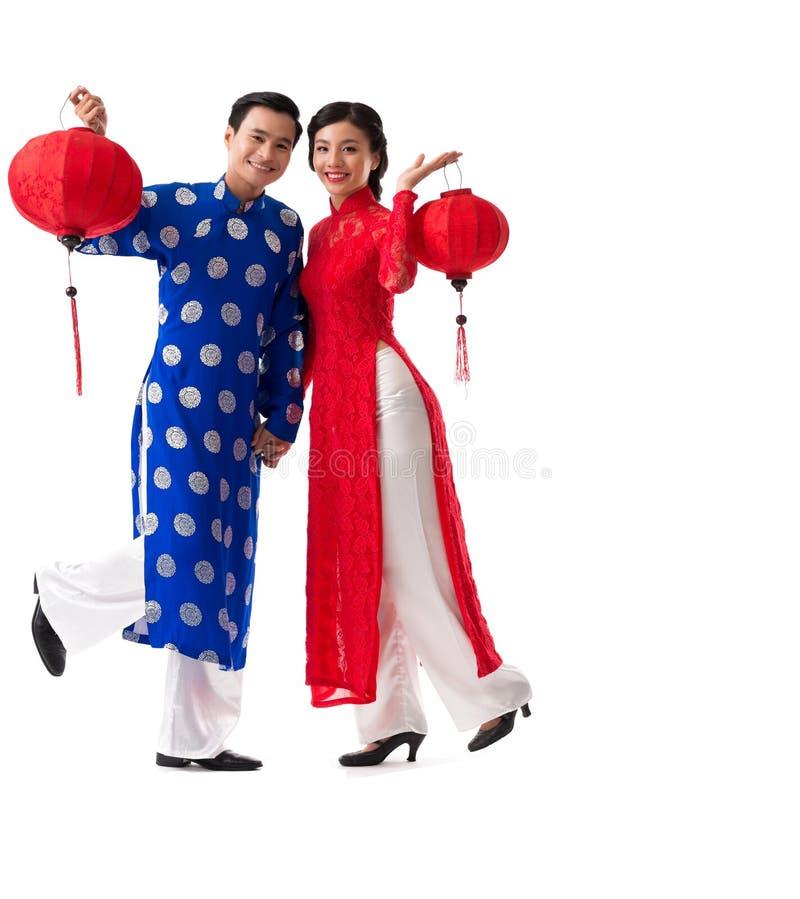 Asiatiska par med pappers- lyktor royaltyfria foton