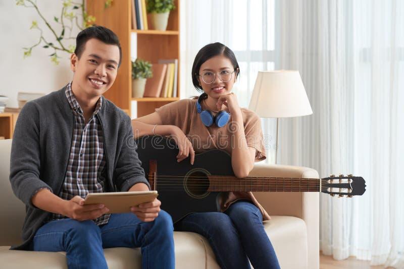 Asiatiska par som arbetar över ny sång royaltyfria bilder