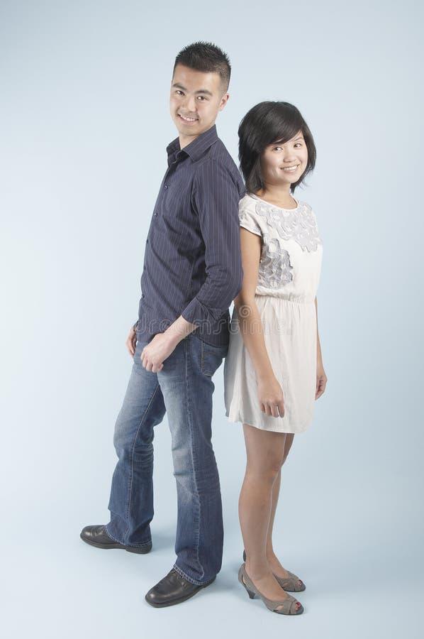 asiatiska par som plattforer unga royaltyfria foton