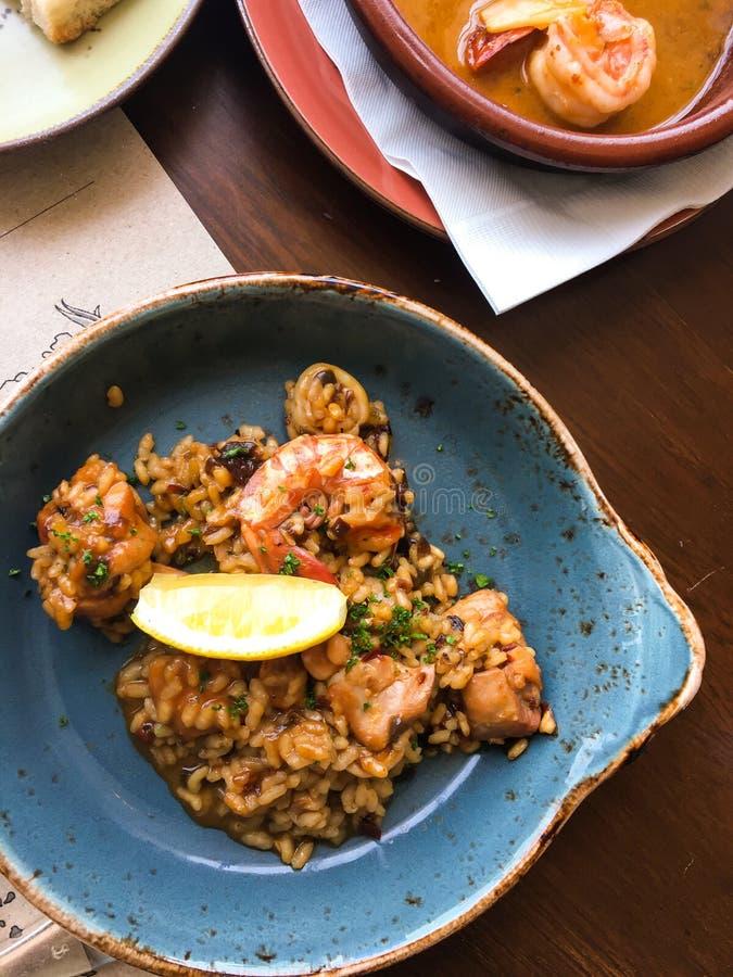 Asiatiska ris med räkor i currysås royaltyfria bilder