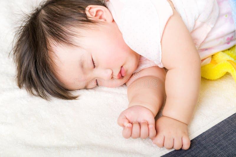 Asiatiska små behandla som ett barn att sova royaltyfri fotografi