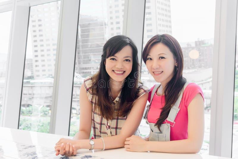 asiatiska ståendekvinnor arkivfoton