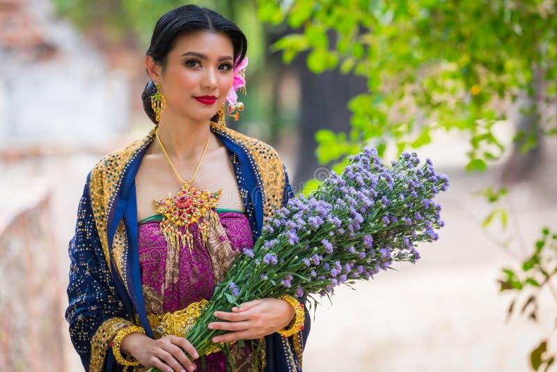 Asiatiska ståendekvinnor royaltyfri fotografi