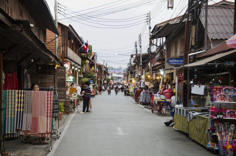 Asiatiska thai folk- och utlänninghandelsresande besöker lopp och gåshopping på gatanattmarknad på Chiang Khan fotografering för bildbyråer