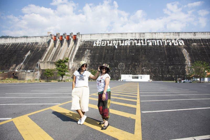Asiatiska thai kvinnor moder och dotterloppet poserar och spela på parkeringen av Khun Dan Prakan Chon Dam i Nakhon Nayok, Thaila fotografering för bildbyråer