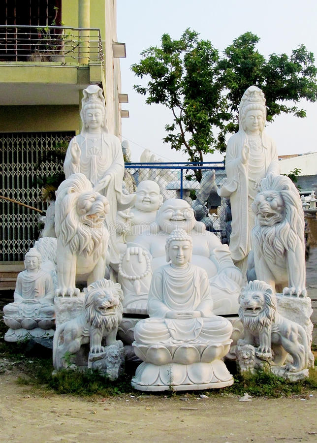 Asiatiska traditionella marmorstatyer i Vietnam sålde på marknaden royaltyfri fotografi