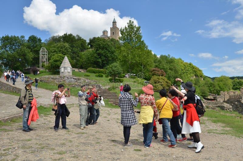 Asiatiska turister i den Tsarevets fästningen, Veliko Tarnovo, Bulgarien royaltyfri bild