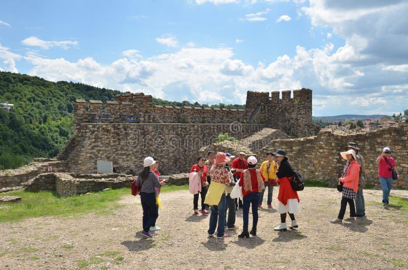 Asiatiska turister i den Tsarevets fästningen, Veliko Tarnovo, Bulgarien royaltyfria foton