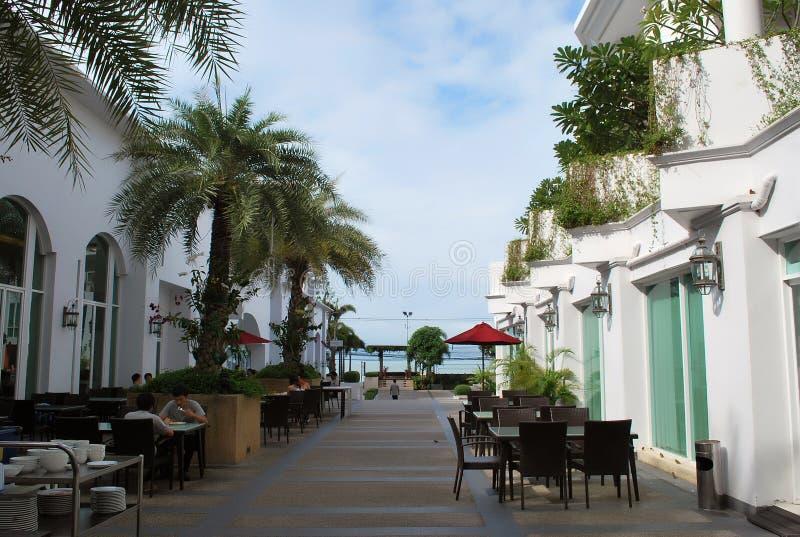 Asiatiska turister som har frukosten på matdomstolen av det moderna fyra-stjärna D Varee Jomtien strandhotellet i Pattaya royaltyfri bild