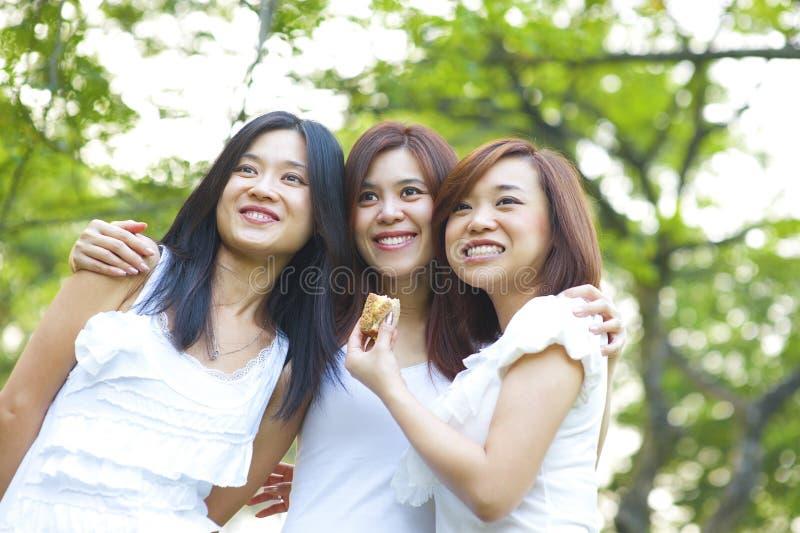 Asiatiska ung flicka som har gyckel royaltyfria bilder