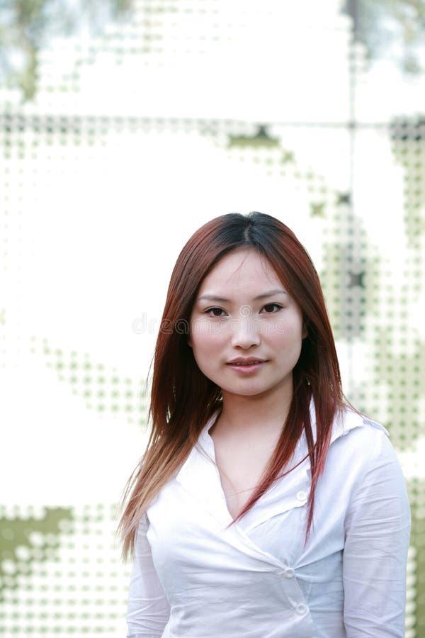 asiatiska unga affärskvinnor royaltyfri foto