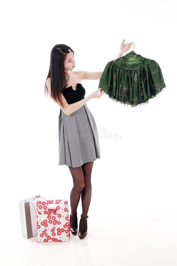 asiatiska unga shoppingkvinnor royaltyfria foton