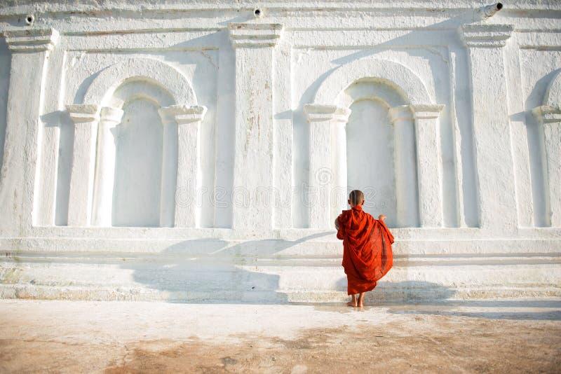 Asiatiska unga små buddistiska munkar arkivfoto