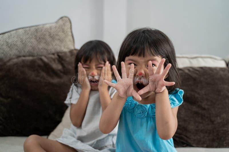 Asiatiska ungar som har deras framsidor att målas arkivfoto