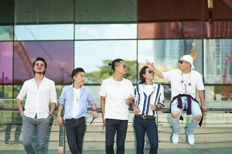 Asiatiska ungdomarsom ut hänger på gatan royaltyfri foto