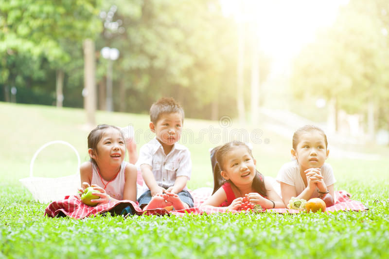 Asiatiska utomhus- barnpicknickar arkivfoto