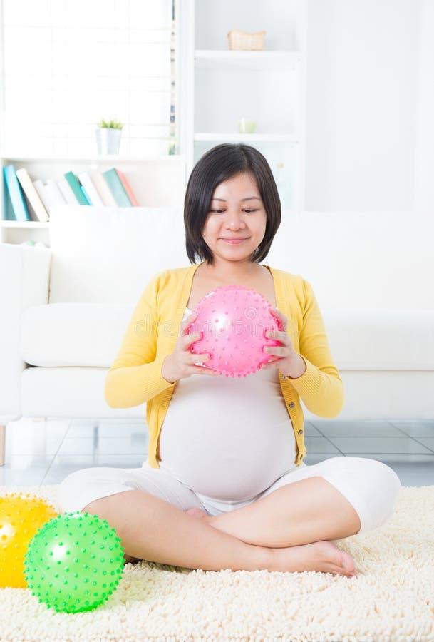 Asiatiskt öva för gravid kvinna arkivfoton