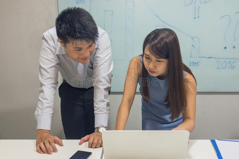 Asiatiskt affärsfolk att diskutera om projekt på bärbara datorn royaltyfria foton