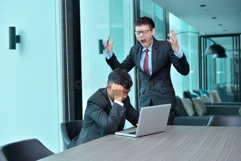Asiatiskt affärsfolk som har problemarbete som klandrar på kontoret arkivfoto