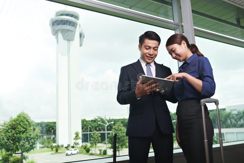 Asiatiskt affärsfolk som landar i flygplats arkivbilder