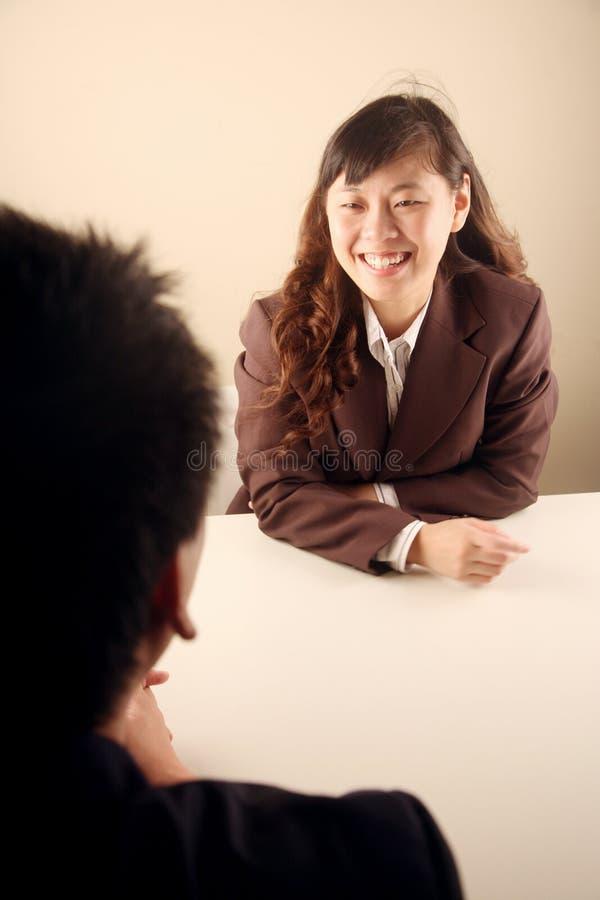 asiatiskt affärskvinnamöte royaltyfri bild