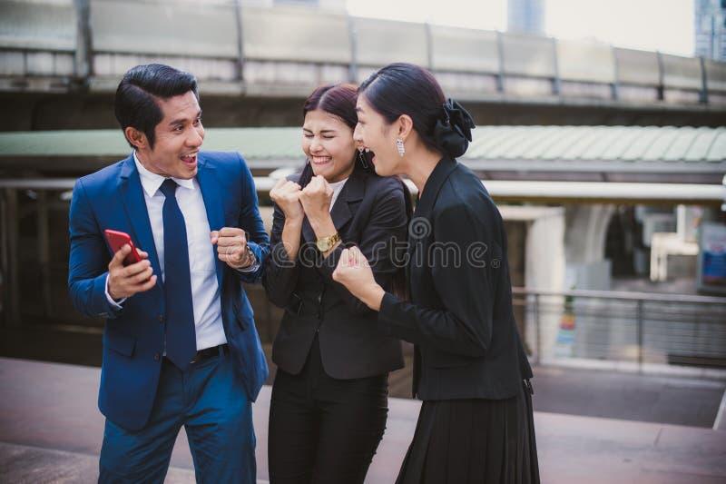Asiatiskt affärsman- och affärskvinnaleende och gladlynt för lyckat i beskickning royaltyfri foto