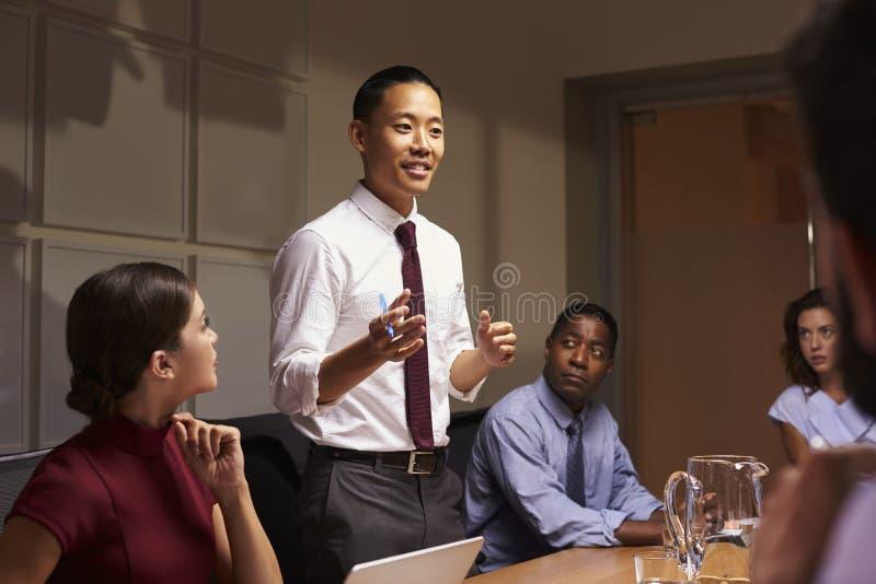 Asiatiskt affärsmananseende som tilltalar kollegor på mötet arkivbilder