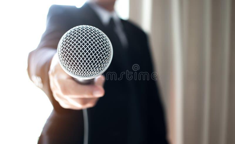 Asiatiskt anförande för smart affärsman och tala med mikrofoner in arkivfoton