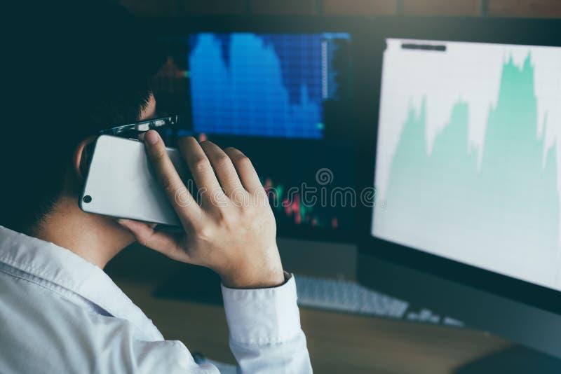 Asiatiskt arbete och analys för medelaffärsmanman i regeringsställning och handla med finansiella diagram och grafer för marknad  royaltyfri bild