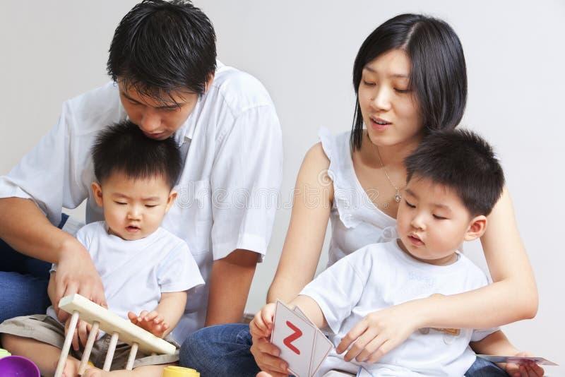 asiatiskt barn för familjutgiftertid tillsammans arkivbild