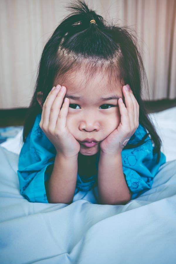 Asiatiskt barn för olycklig sjukdom som medges i sjukhus Inte gör de ser smaskiga arkivfoto