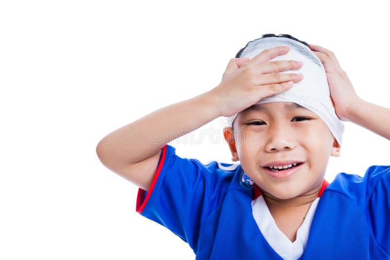 Asiatiskt barn för ungdomidrottsman nen med trauman av den head gråt, isolat royaltyfria bilder