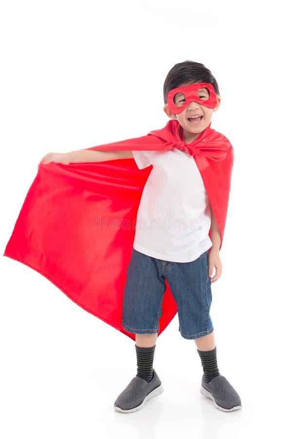 Asiatiskt barn in i dräkt för Superhero` s arkivbild
