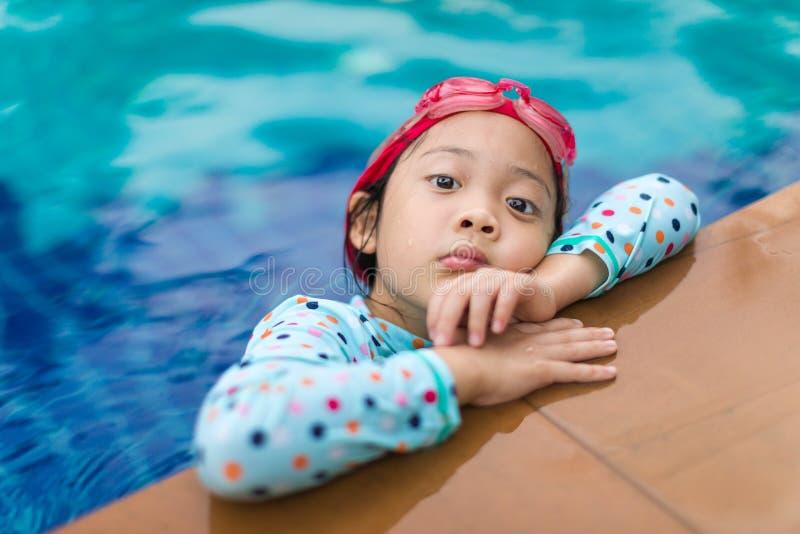 Asiatiskt barn i simbassäng arkivfoton