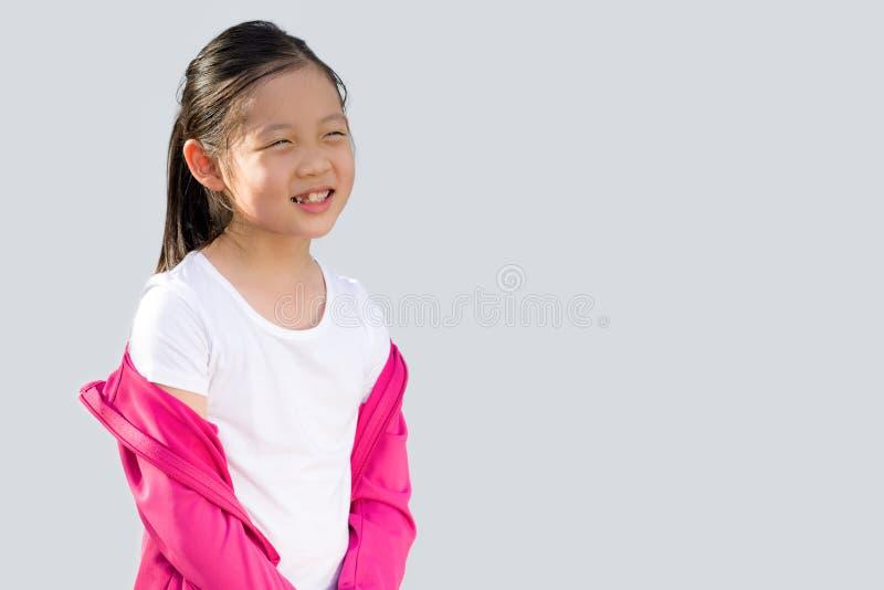 Asiatiskt barn i tröjan som isoleras på vit arkivbild