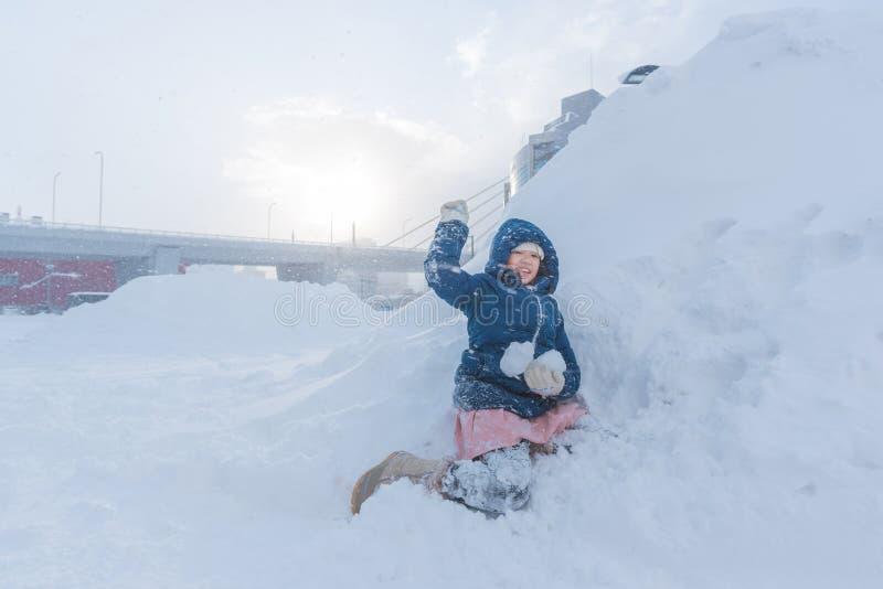 Asiatiskt barn i vinter royaltyfria bilder