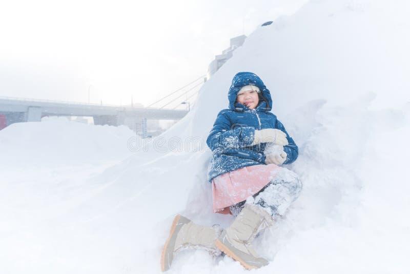 Asiatiskt barn i vinter royaltyfria foton