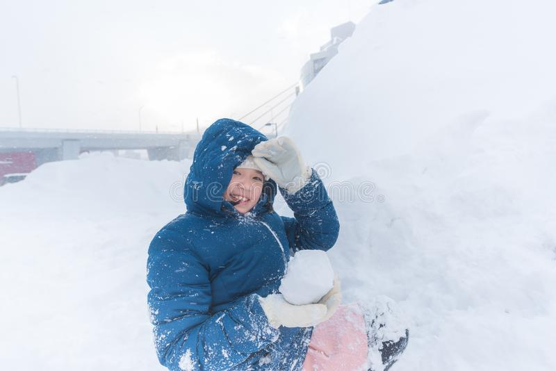 Asiatiskt barn i vinter royaltyfri foto