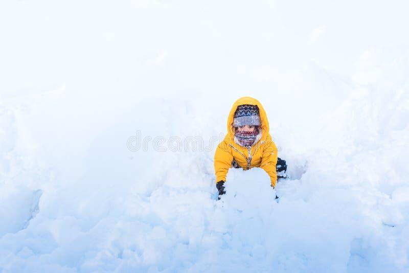 Asiatiskt barn i vinter arkivbild