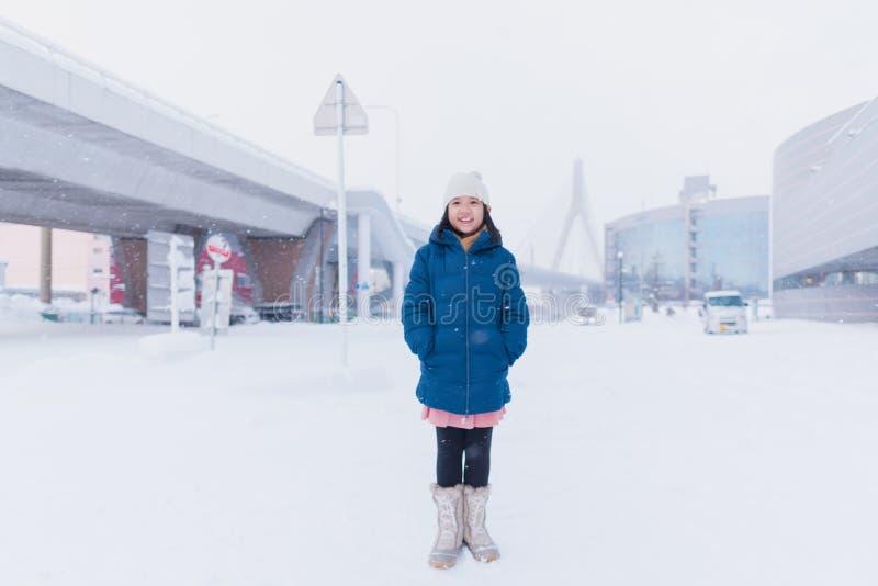 Asiatiskt barn i vinter arkivfoton