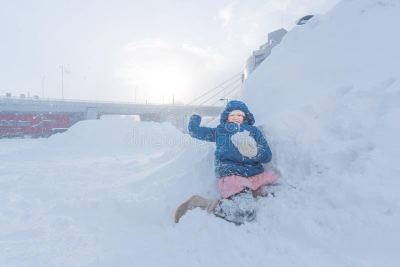 Asiatiskt barn i vinter arkivbilder