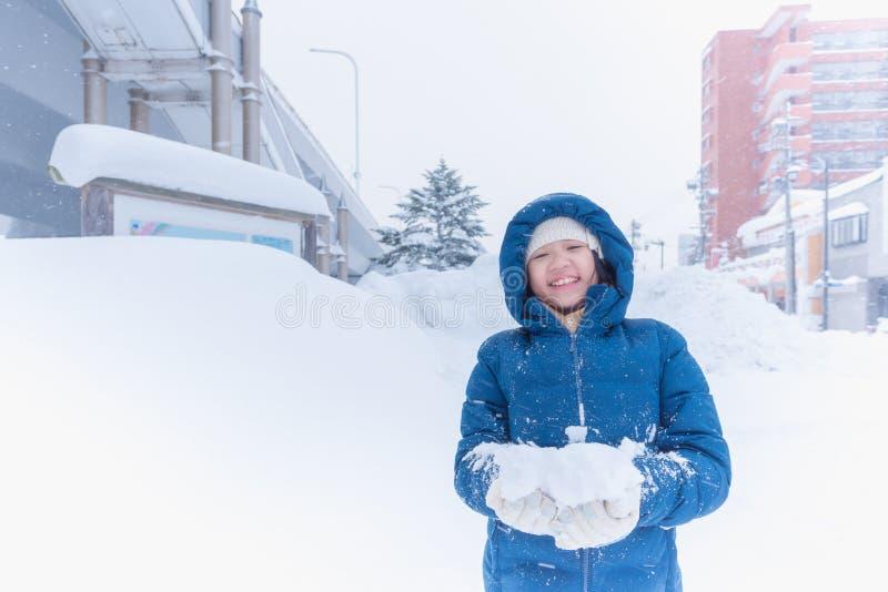 Asiatiskt barn i vinter fotografering för bildbyråer