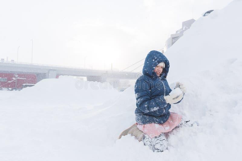 Asiatiskt barn i vinter royaltyfri bild