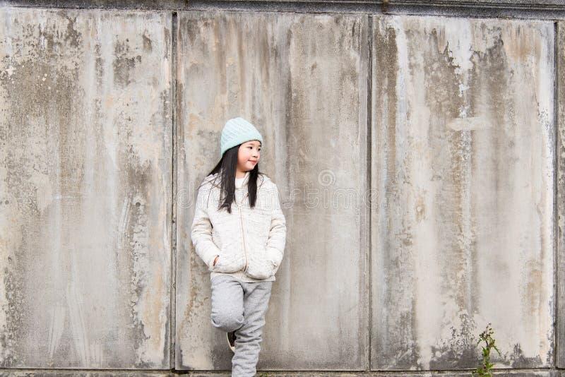 Asiatiskt barn i vinter royaltyfri fotografi