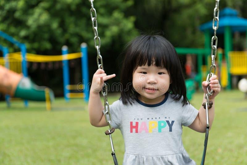 Asiatiskt barn på gunga arkivfoton